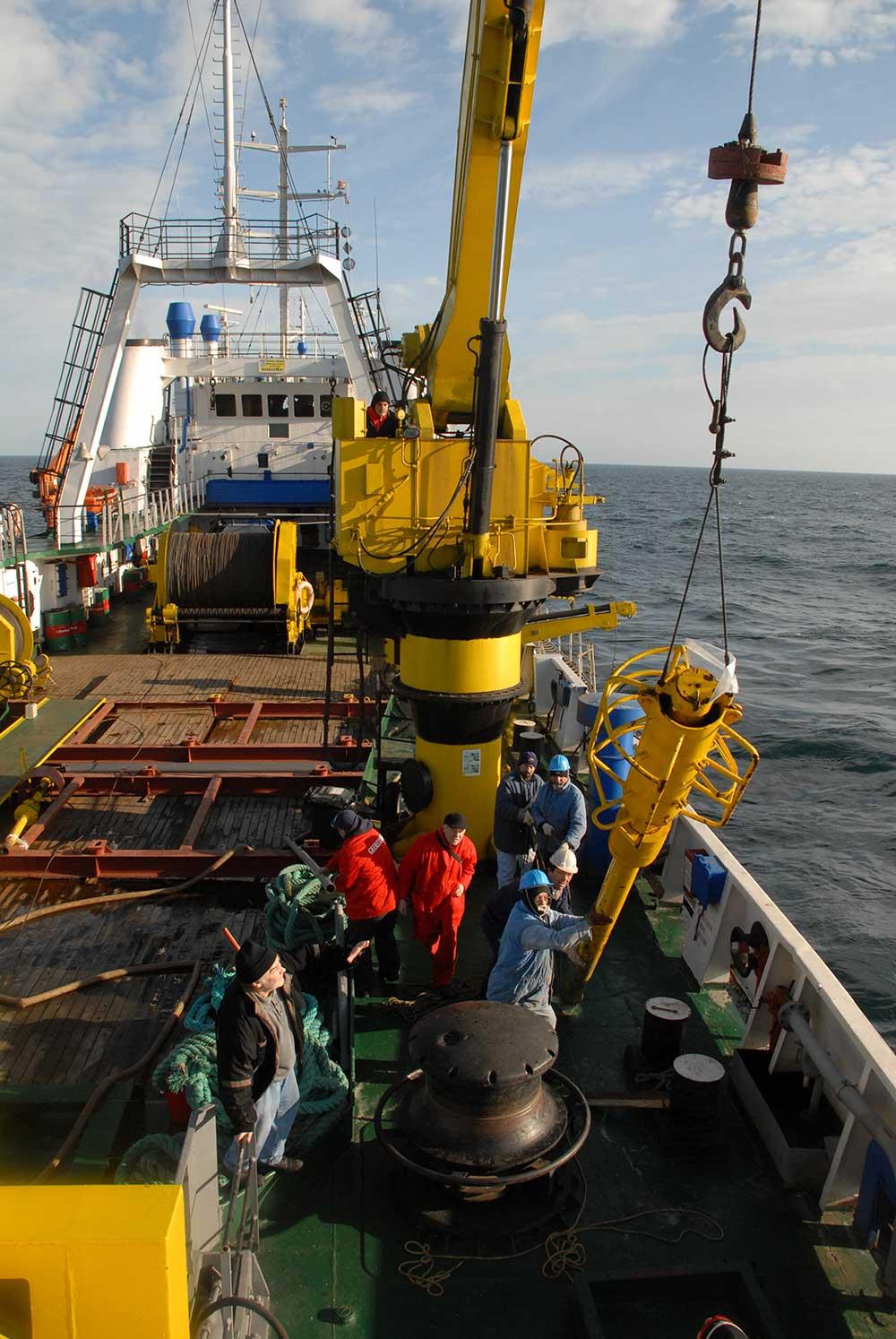 La lucru pe puntea navei Mare Nigrum